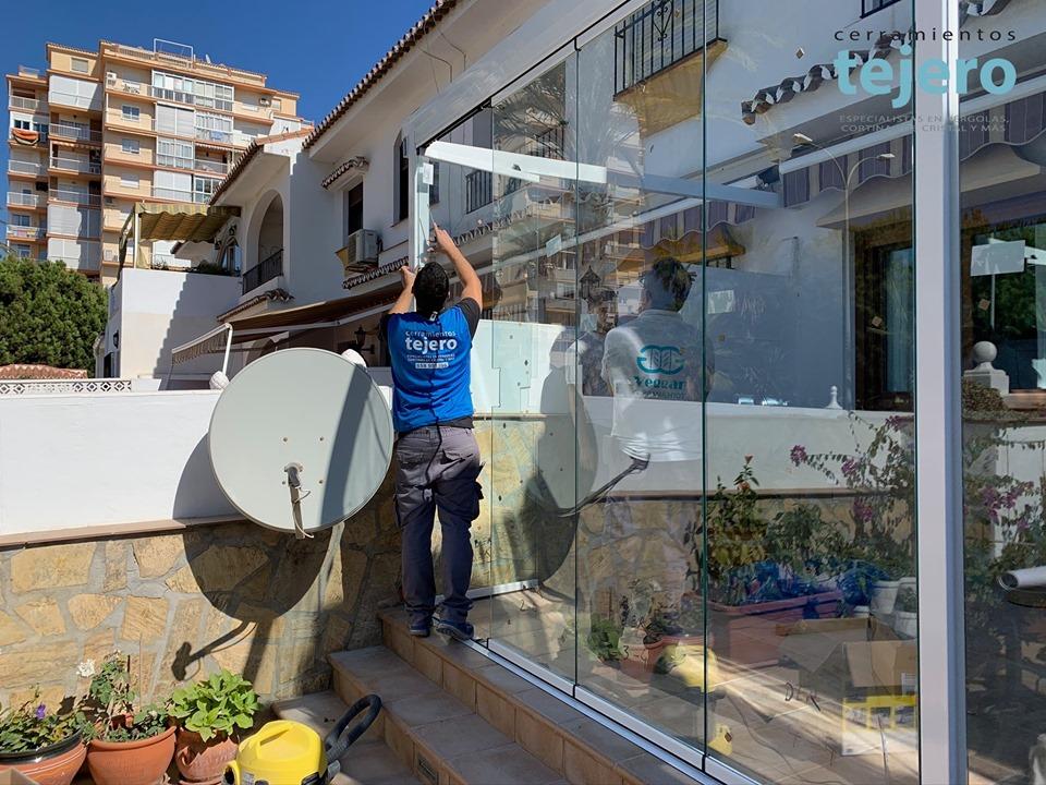 instalación de cerramientos con cortinas de cristal en Torrox
